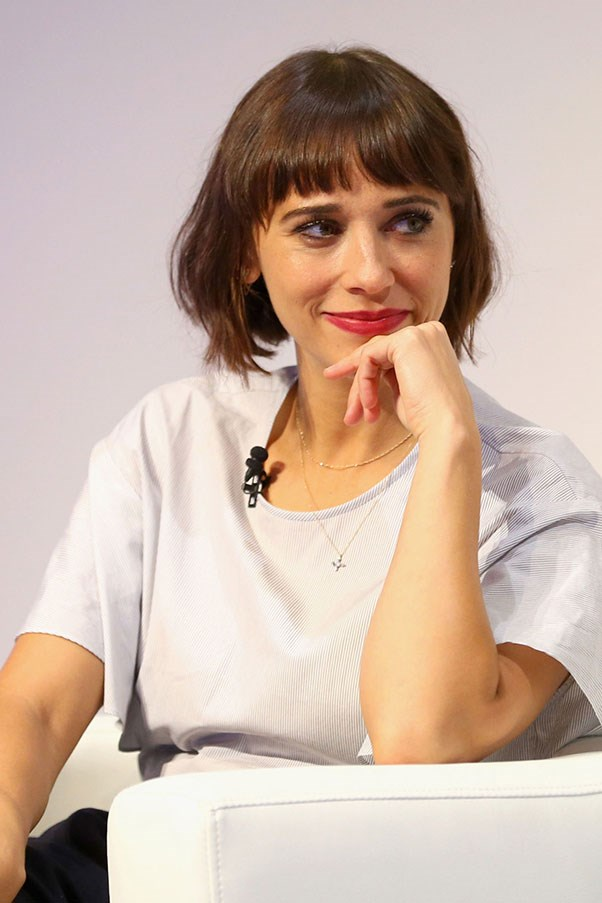 """<strong>RASHIDA JONES STOPS A QUESTION ABOUT HER TAN</strong> <p><p> Jones is the daughter of Quincy Jones and Peggy Lipton, which makes her biracial. But that fact didn't stop one TNT interviewer. """"You look like you've just come off, like, an island or something,"""" the reporter noted. """"You're very tan, very tropical."""" Jones wasn't having it. <p> """"Well, you know,"""" <a href=""""http://www.dailymail.co.uk/video/tvshowbiz/video-1154078/Rashida-Jones-walks-2015-SAG-Awards-red-carpet.html"""">she said</a>. """"I'm ethnic."""" Unfortunately, the reporter thought it was a joke and laughed while one (white) reporter replied, """"Me too."""" Oops."""