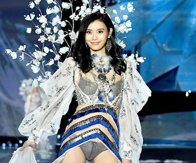 Model Ming Xi Falls On The Victoria's Secret Fashion Show Runway