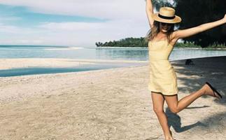 margot robbie beach style