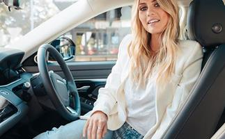 elyse-knowles-in-a-range-rover