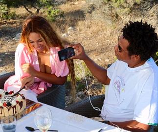 Jay-Z Taking Photo Of Beyoncé Knowles Cutting Cake