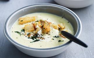 Buttery leek soup with croûtons