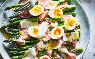 Asparagus with prosciutto, egg and parmesan