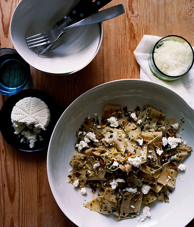 Whole-wheat pasta with almonds, parsley and ricotta