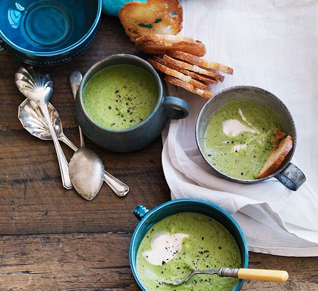 Chilled pea and mint soup with garlic croûtons