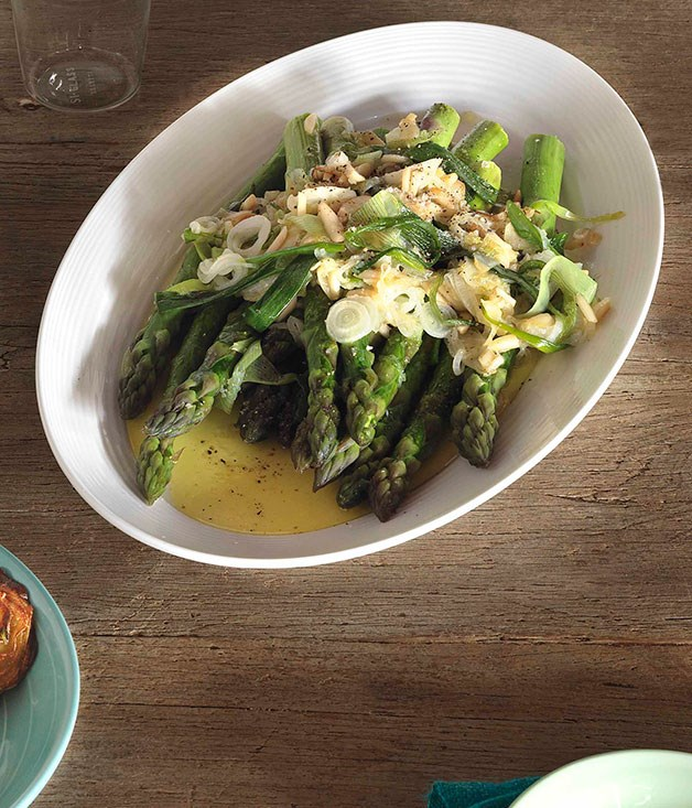 Asparagus with salad onions, garlic and almonds