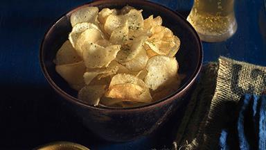 Potato crisps with chilli and coriander salt