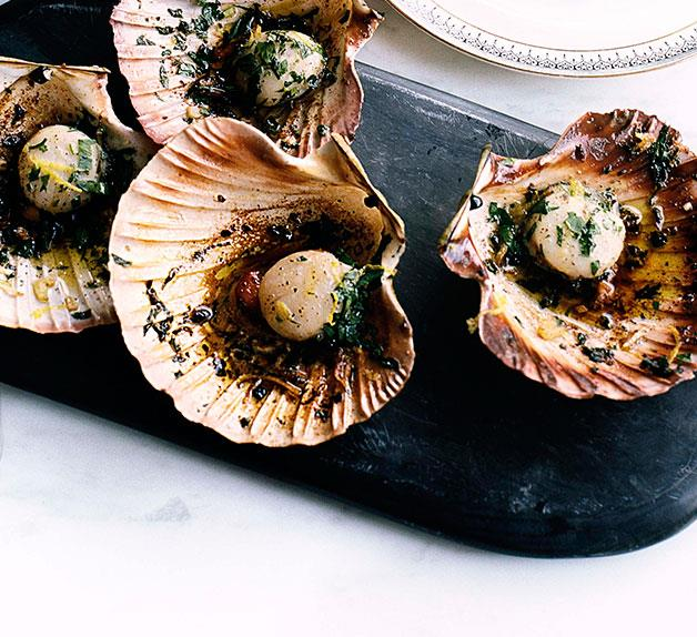 Pan-fried scallops with garlic, parsley and lemon
