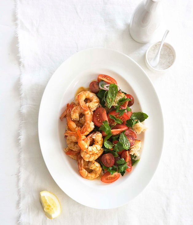 Pan-fried prawns with bread and tomato salad