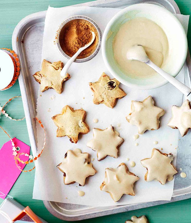 Fruit shortbread stars with cinnamon-brandy glaze