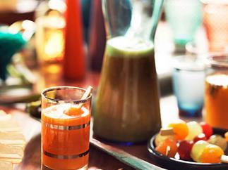 Peaches and sloe brandy (Pacharán al melocotón)