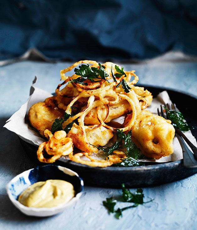 Crisp skate with onion rings, parsley and curry rémoulade