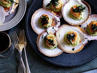 Roast scallops, avocado purée and seaweed