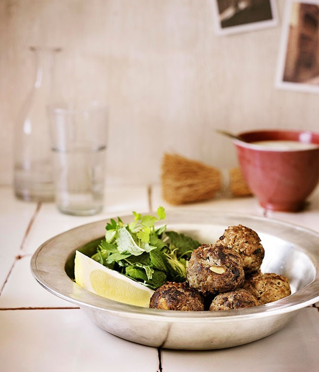 **Kefta with garlic yoghurt sauce**