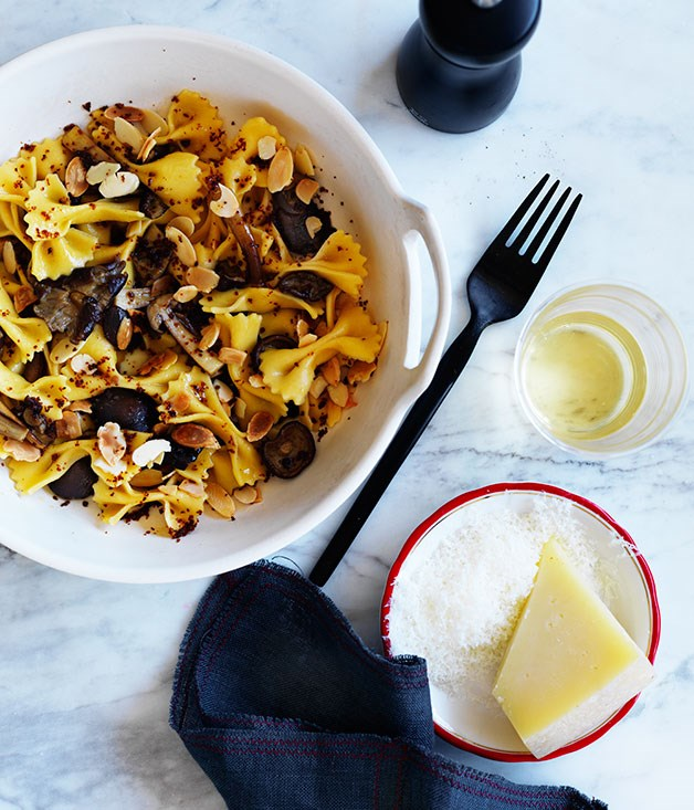 **Farfalle with chestnut mushrooms and almonds**