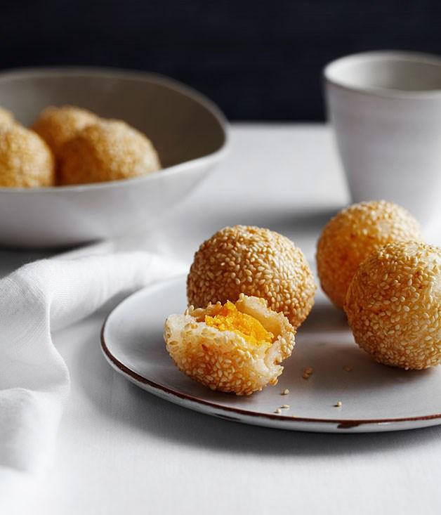Sesame doughnuts with custard (jin deui)