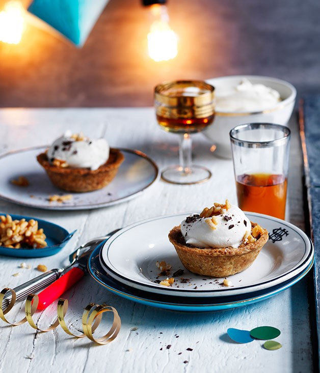 Oat and chocolate pies with maple cream