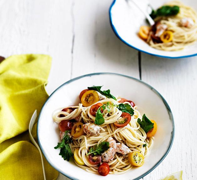 Linguine with tomato, prawns and rocket