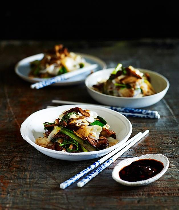 **Stir-fried beef with rice noodles and mushrooms**