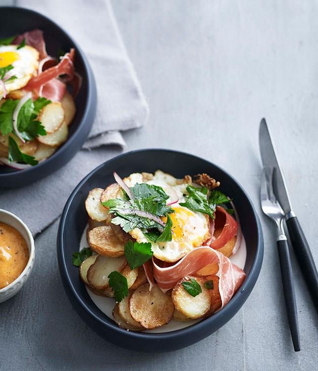 **Fried potato, egg and jamon**