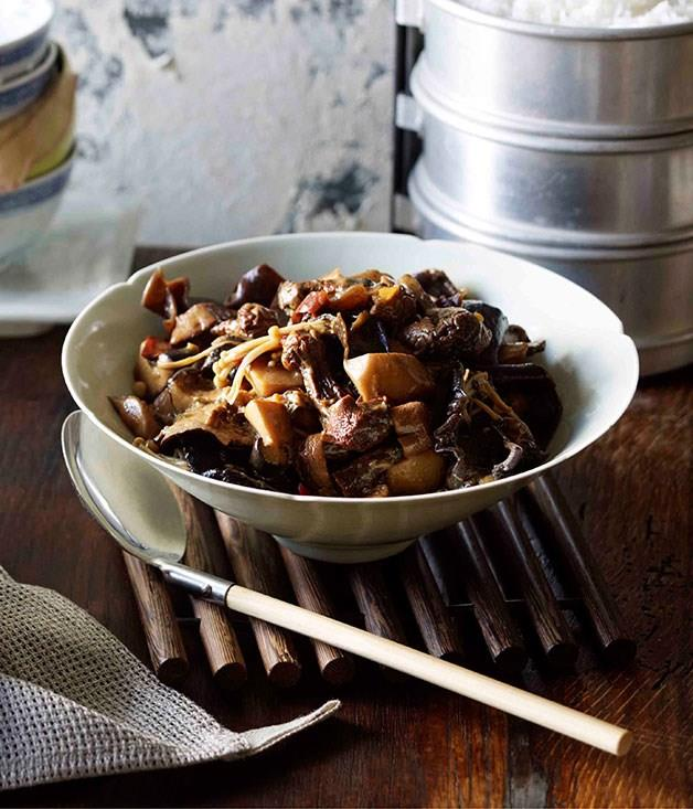 **Braised mushrooms with chillies and Sichuan pepper (Dun xiang gu)**