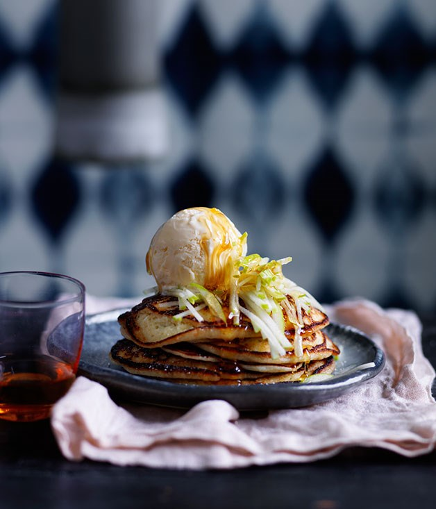 Ricotta hotcakes with apple and honey