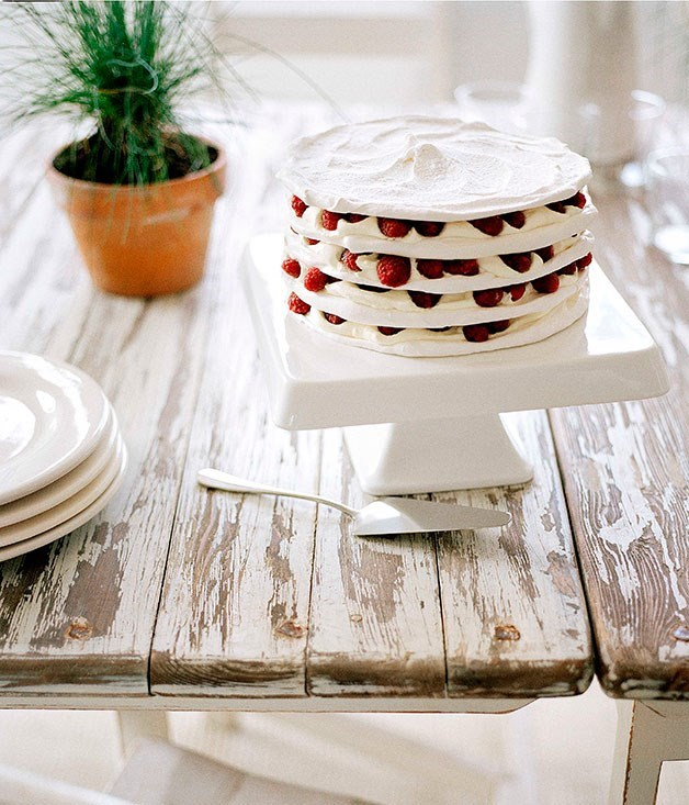 **Meringue stack with raspberries and cream**