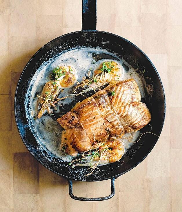 **Rôti de saumon aux crevettes (Roast salmon with prawns)**