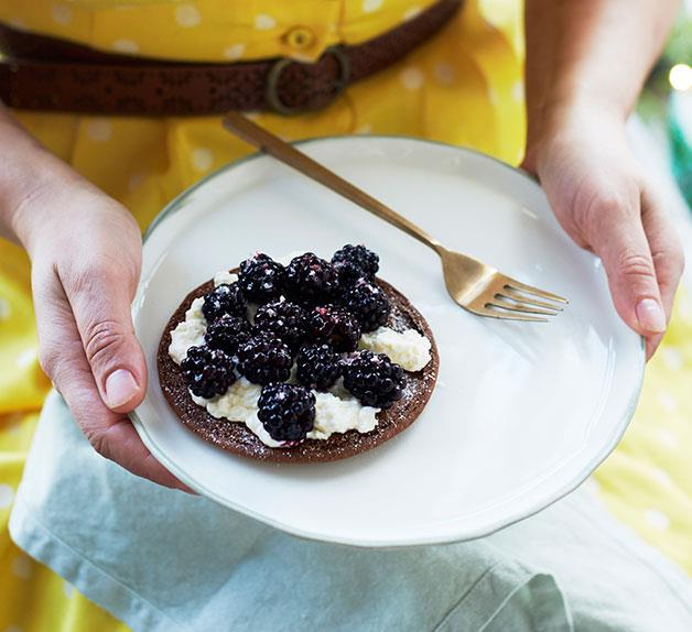 Brambles, fresh cheese and speculaas
