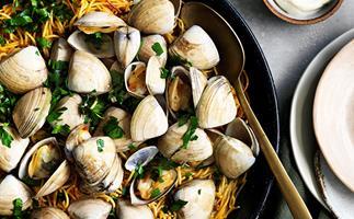 Fideuà with clams