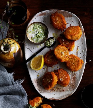Red lentil fritters with green yoghurt