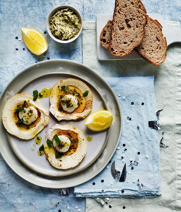 **Barbecued scallops with seaweed butter and rye bread**