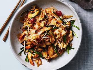 Stir-fried flat rice noodles