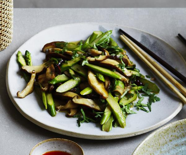 Stir-fried asparagus with shiitake mushrooms and chilli
