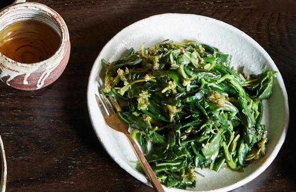 Stir-fried Australian native greens with garlic