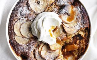 Apple-caramel sponge pudding