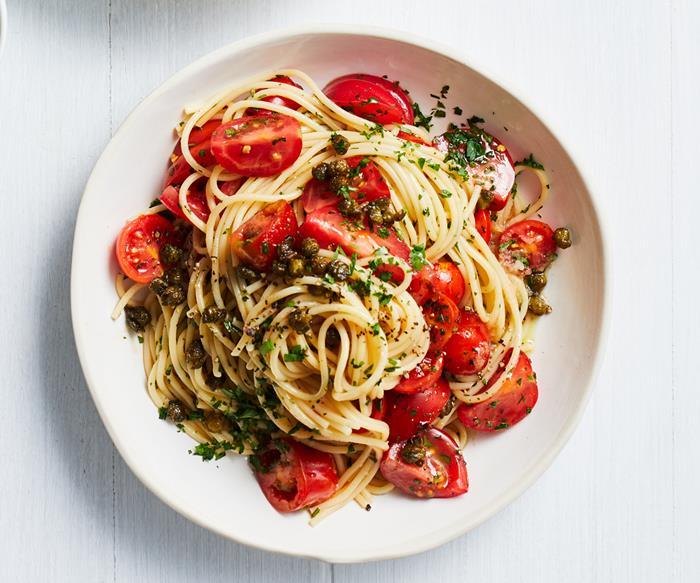 """Spaghetti with """"no cook"""" tomato-chilli sauce"""