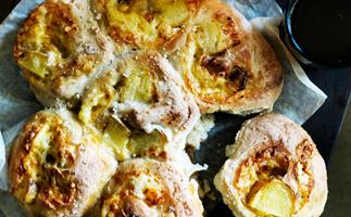 Cheesy potato and garlic pull-aparts