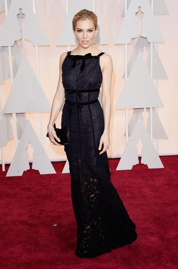 Sienna Miller looked polished and sophisticated in this Oscar de la Renta design straight off the NYFW runway. De la Renta's successor, Peter Copping, designed the dress.
