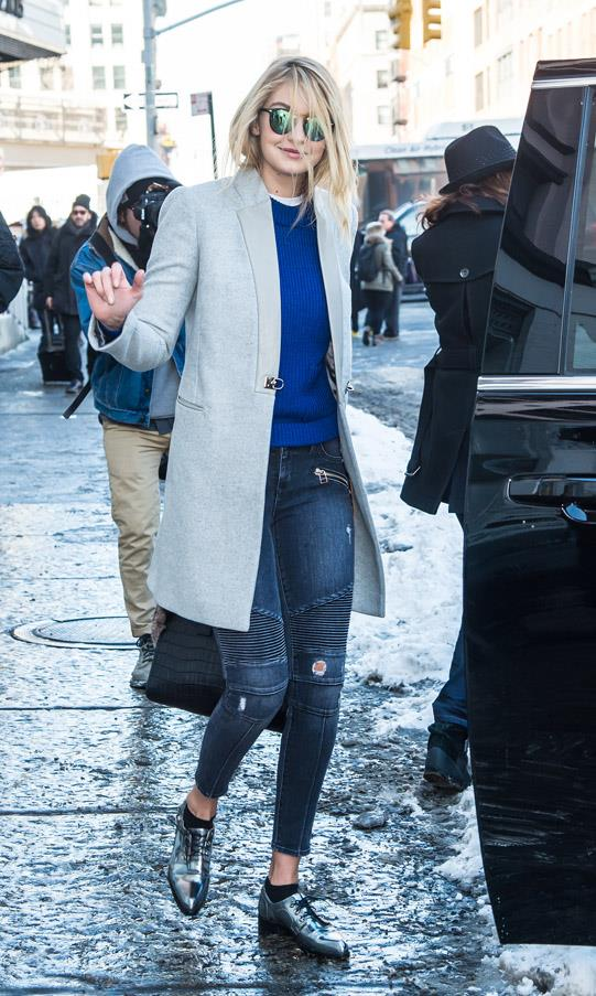 Gigi skips in and out of NYFW shows in this perfectly tailored coat and glossy brogues. The model gives a unique and modern update to this winter look with relaxed wisps of hair and reflector shades.