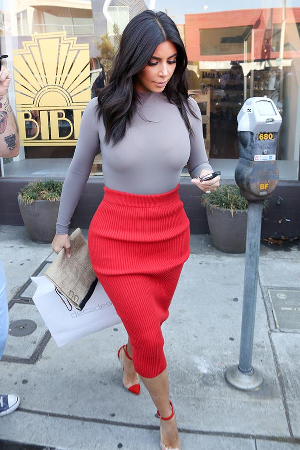 Kim wears a colour-blocked sweater and cable-knit skirt look while running errands on the 20th Oct. in her hometown of Los Angeles.