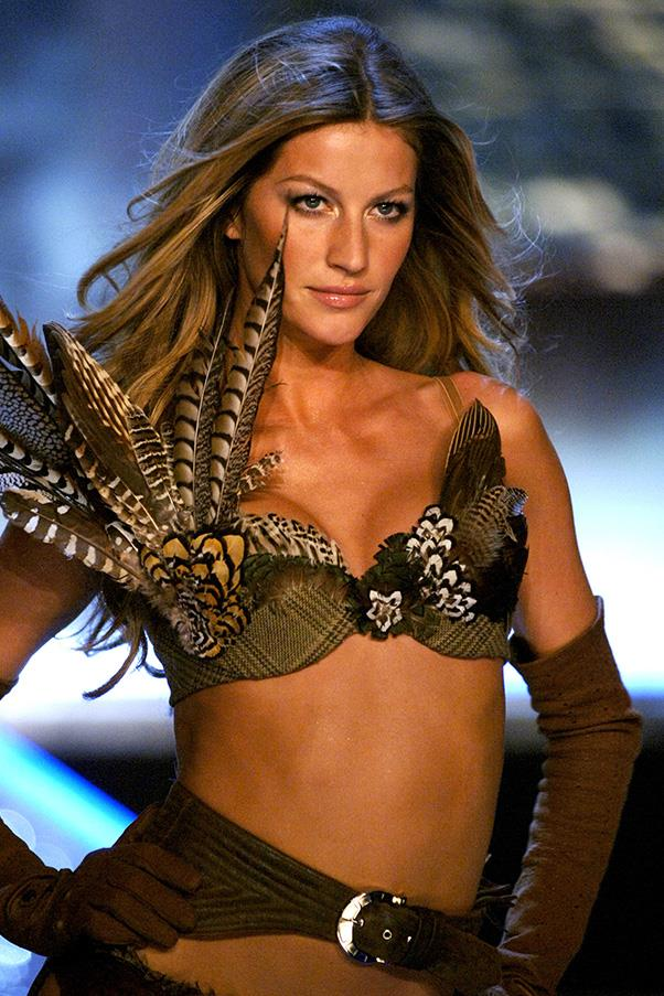<br><strong>Victoria's Secret</strong> <br><strong><em>2006</em></strong> <br>The 26-year-old remains on top of the world, opening the VS show for that year.