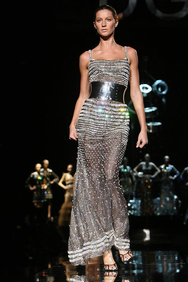 <br><strong>Dolce & Gabbana</strong> <br><strong><em>2007</em></strong> <br>Gisele steals the show at Milan Fashion Week in this dazzling Dolce & Gabbana gown.