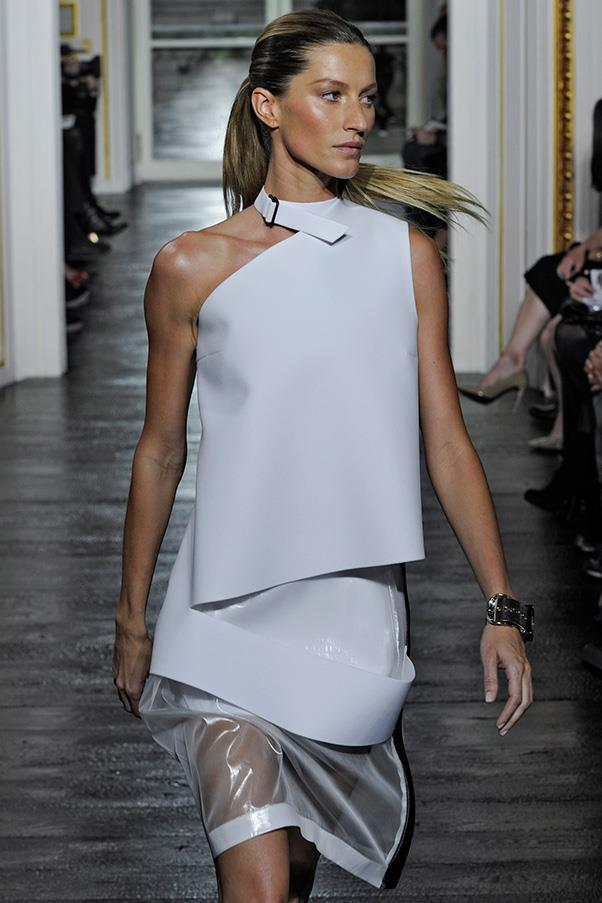 <br><strong>Balenciaga </strong> <br><strong><em>2010</em></strong> <br>Gisele strikes the perfect balance when her sunkissed tresses and effortlessly bronzed skin are paired with the structural aesthetic in this Balenciaga show.