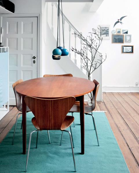 "<strong>POPS OF BLUE</strong> <br><br>Scandinavia's favourite accent colour? Clearly, it's blue — a bright blue that stands out brilliantly against the black and white and wood, like in this<a href=""http://myscandinavianhome.blogspot.com.au/2015/03/pretty-greens-and-blues-in-copenhagen.html""> colorful Copenhagen home</a>. Here's coming this trend comes stateside (and soon). <br><br><strong>Photo credit</strong>: boligliv.dk"