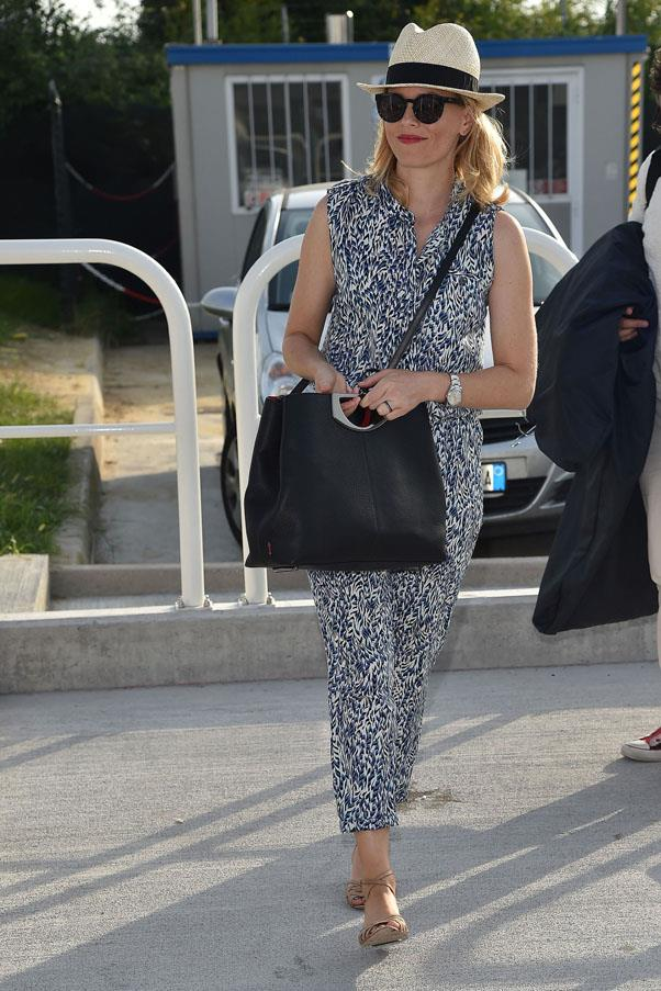 Elizabeth Banks in Komono sunglasses