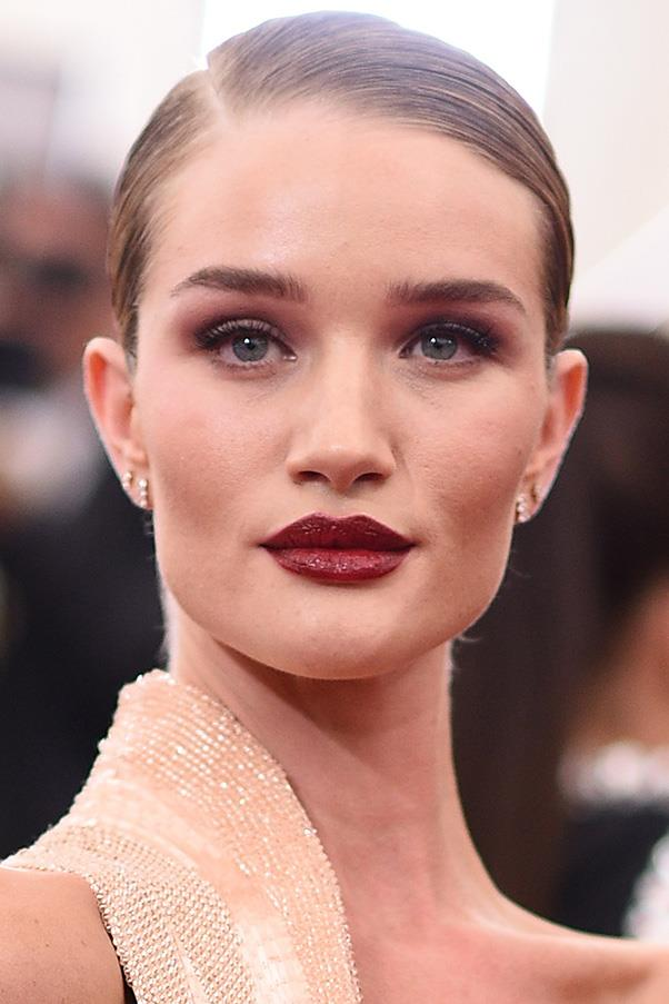 <strong>4. DARK BERRY LIPS</strong><BR><BR> Rosie Huntington-Whiteley