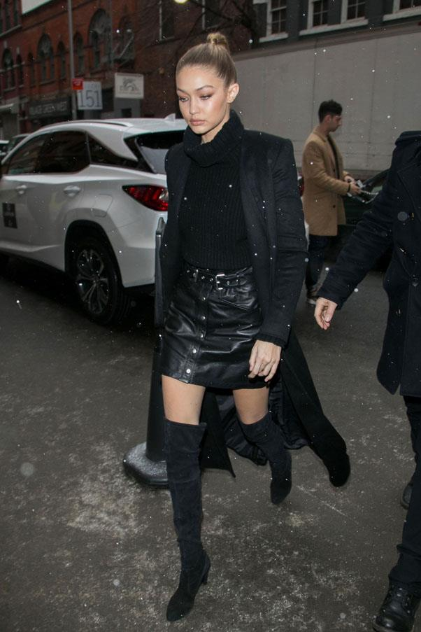 The supermodel manages to look fabulous in the snow in a head to tow black outfit.