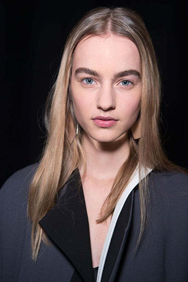 <strong>NARCISO RODRIGUEZ </strong><br><br> The look at Narciso Rodriguez was understated and simple with straight, undone hair and minimal make-up.<br><br> Jason Lloyd-Evans