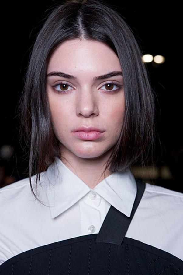 <strong>VERA WANG</strong><br><br> Strong brows, flawless skin with contoured cheeks and glossy hair tucked into the collars formed the look at Vera Wang.<br><br> Jason Lloyd-Evans